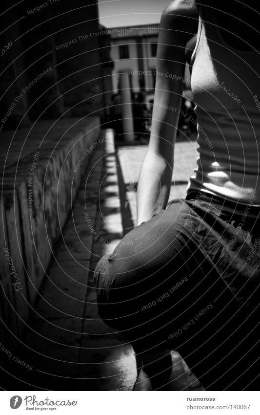 Melpomene Jugendliche Frau Arme Straßenrand Zielscheibe Haus Moschee Cordoba Schatten Sommer Schwarzweißfoto women boys young people ruanorosa Tag chicos