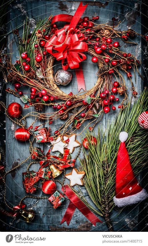 Weihnachtskarte mit rotem Kranz und Weihnachtsmann Mütze blau Weihnachten & Advent rot Haus Winter Stil Holz Feste & Feiern Wohnung Design Stern (Symbol) Postkarte Symbole & Metaphern Mütze Tradition Weihnachtsbaum