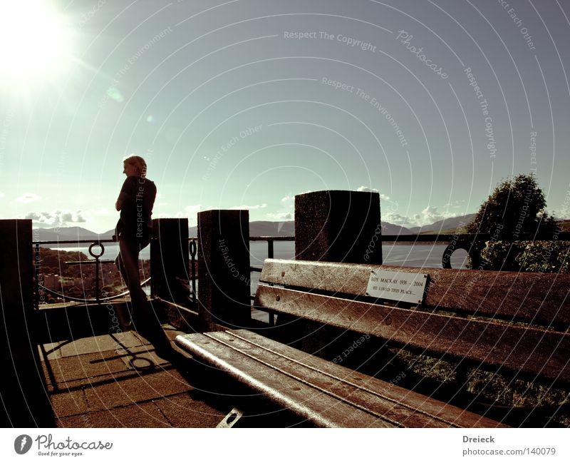 aussichtsreich Frau Himmel Wasser Sonne Erholung Berge u. Gebirge oben Wärme hell Beleuchtung sitzen Bank Physik Aussicht England grell