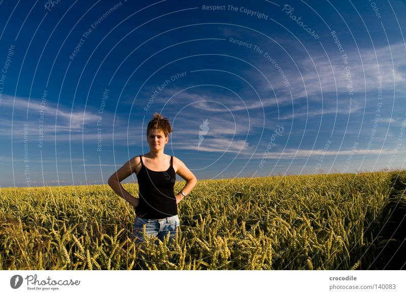lonesome lady Frau Himmel Natur schön blau Wolken schwarz Haare & Frisuren Feld Arme Horizont groß Jeanshose Brust Hose Weizen