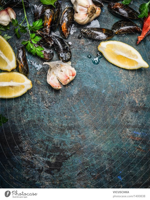 Miesmuscheln mit Zitrone und Zutaten fürs Kochen Gesunde Ernährung Leben Speise Foodfotografie Stil Hintergrundbild Lifestyle Lebensmittel Design Tisch