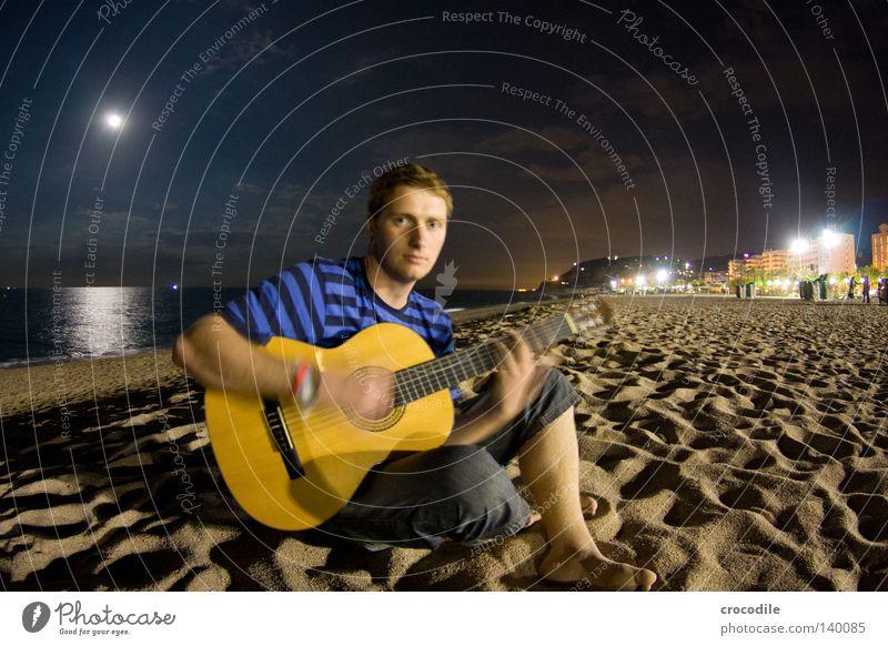 guitar hero Mann Strand Meer Wolken Haus Spielen Sand Beine Musik sitzen Jeanshose Frieden Hotel Konzentration Hose Mond
