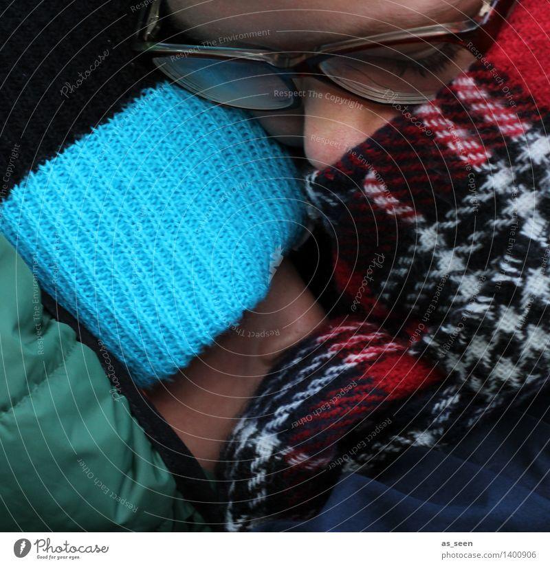Kuscheln Mädchen Junge Mutter Erwachsene Geschwister Bruder Schwester Leben Kopf 2 Mensch Herbst Winter Klima Mode Brille Schal Mütze authentisch Wärme Schutz