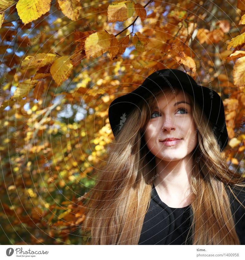 . feminin 1 Mensch Herbst Schönes Wetter Baum Herbstlaub Wald Hut rothaarig langhaarig beobachten genießen Lächeln leuchten Blick Fröhlichkeit schön Freude