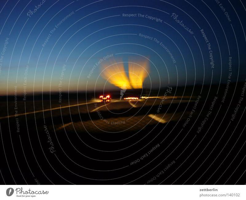 Nachtfahrt PKW Linie Schilder & Markierungen Verkehr Geschwindigkeit Hinweisschild KFZ Autobahn Verkehrswege Unfall Fahrbahn Verkehrszeichen Fahrbahnmarkierung Straßennamenschild Mittellinie