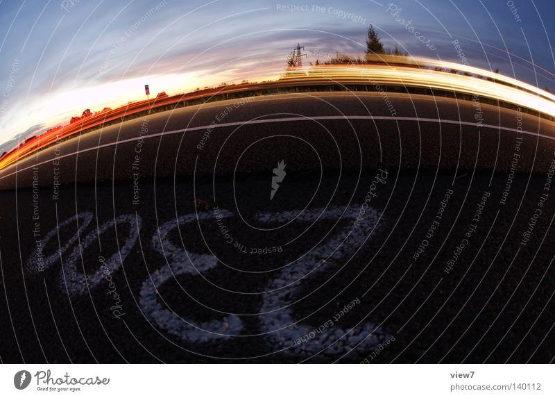 2300grad Verkehr Licht Spuren Geschwindigkeit Spray Leitplanke Ziffern & Zahlen 2000 Teer Beton Bodenbelag Straßenbelag Belag KFZ PKW Mobilität Fischauge Baum
