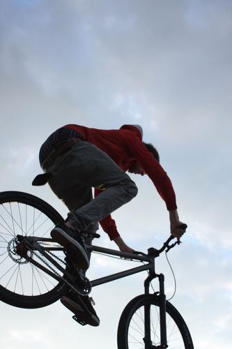 ein.tauchen. Mountainbike Sport Fahrrad Spielen BMX bunnyhop sportlich 2rad Himmel