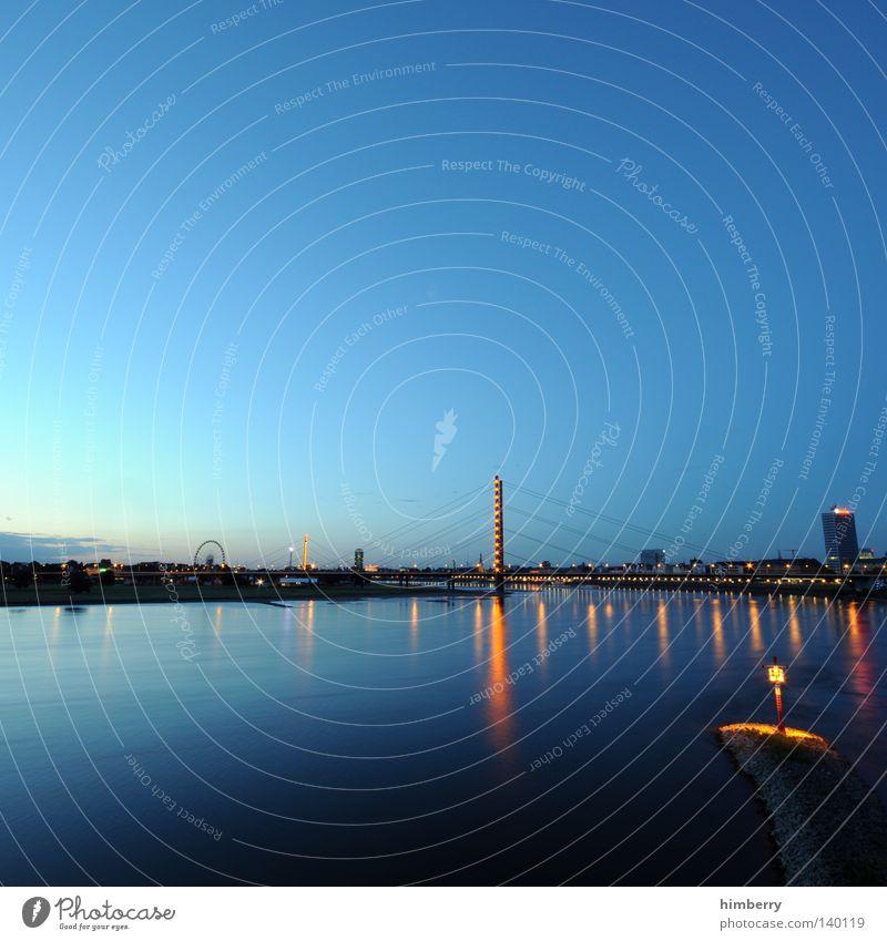 spiegelreflex blau Stadt Beleuchtung Brücke Skyline Abenddämmerung Wolkenloser Himmel Blauer Himmel malerisch Düsseldorf himmelblau Rhein Wasserspiegelung