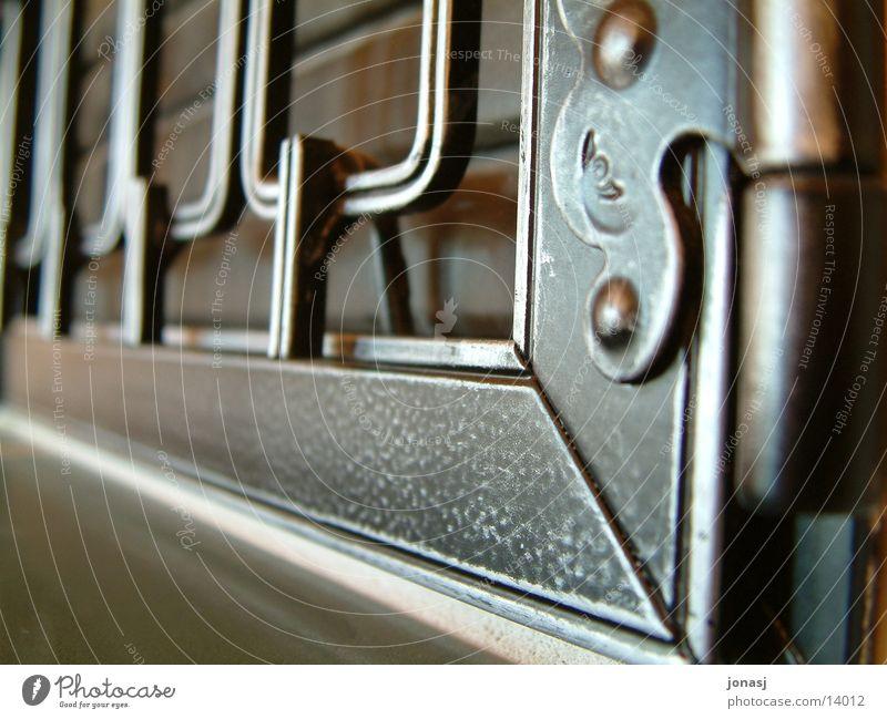 Ofen Bildausschnitt Anschnitt Ofenheizung Scharnier Beschläge Gitterrost Schmiedeeisen Schmiedekunst