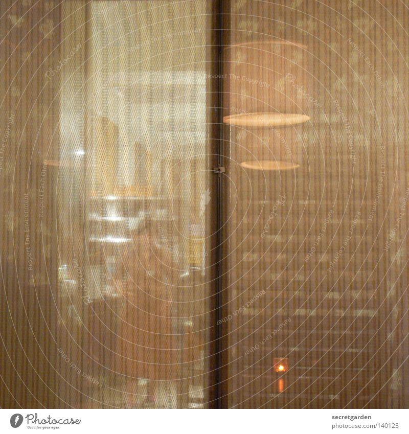 vertikale irritation Mensch Frau dunkel Wand Architektur Innenarchitektur Beleuchtung Holz Lampe braun hell Design Raum modern Ernährung Kochen & Garen & Backen