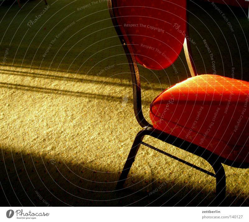 Stuhl Sitzgelegenheit Polster Stuhllehne bequem Raum Warteraum Restaurant Bodenbelag Teppich Textilien Sonne Streiflicht Abend Abendsonne Sommerabend