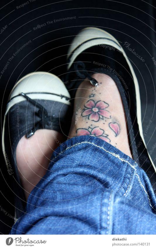 Pink! Kirschblüten Tattoo Blume Fuß Frauenfuß Schuhe Jeanshose Jeansstoff schwarz blau rosa Kunst Kultur Fußtattoo Haut Tanzschuhe
