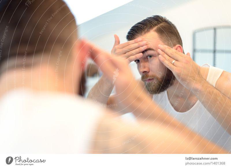 Bärtiger Mann, der seinen Teint überprüft Haut Gesicht Spiegel Bad Erwachsene Hand Vollbart alt Sauberkeit Vorschein Überprüfung Reinlichkeit Entwurf betroffen