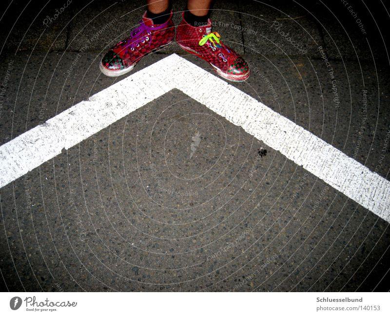 weiße Grenze Haut Beine Verkehrswege Straße Strümpfe Schuhe Stein Streifen dunkel hell grau rot schwarz Teer flach Schuhbänder Ecke Fahrbahnmarkierung Schuhpaar