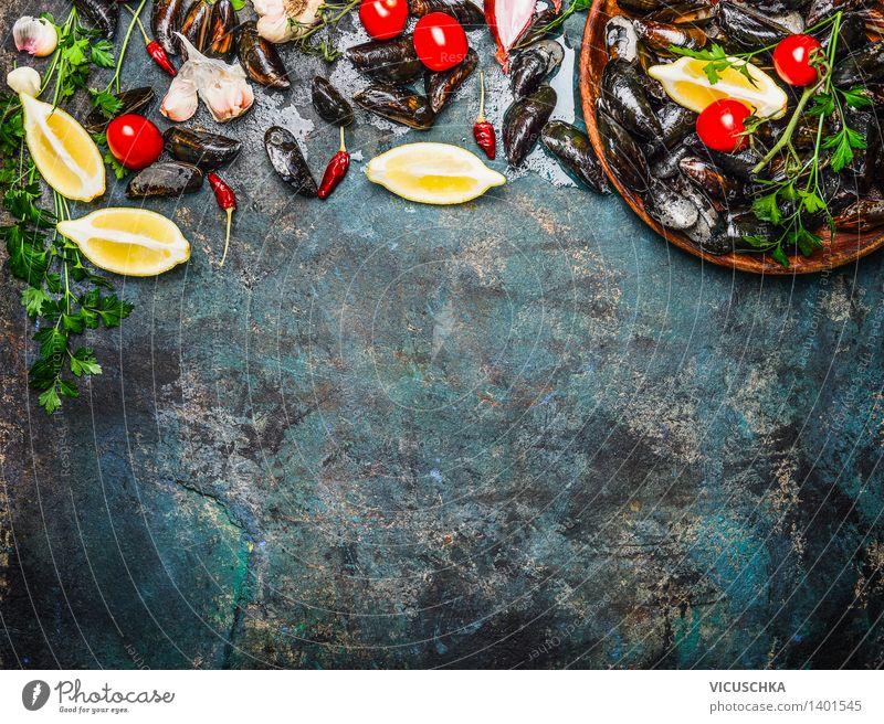 Frische Miesmuscheln mit Zutaten fürs Kochen Gesunde Ernährung Leben Essen Foodfotografie Stil Hintergrundbild Lebensmittel Design Tisch Kochen & Garen & Backen