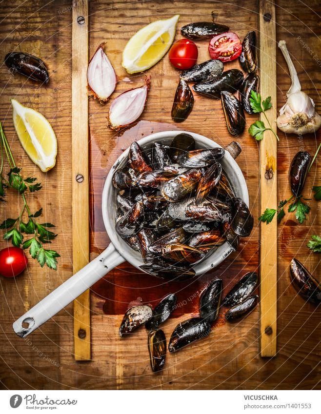 Frische Miesmuscheln in altem Sieb mit Zutaten Lebensmittel Meeresfrüchte Kräuter & Gewürze Ernährung Mittagessen Abendessen Büffet Brunch Festessen Bioprodukte