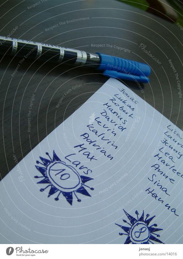 Liste Anordnung Blatt Papier Schreibstift weiß Tisch Dinge blau Namen