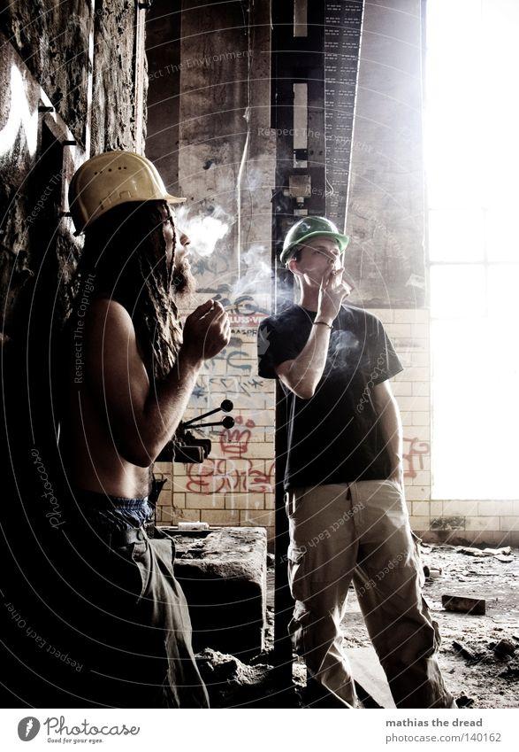 LUNGENBRÖTCHEN Tabakwaren Rauchen Abgas Nikotin Zigarette Pause Erholung Mittagspause Mahlzeit Haus Natursteinhaus Gebäude Baustelle Arbeiter