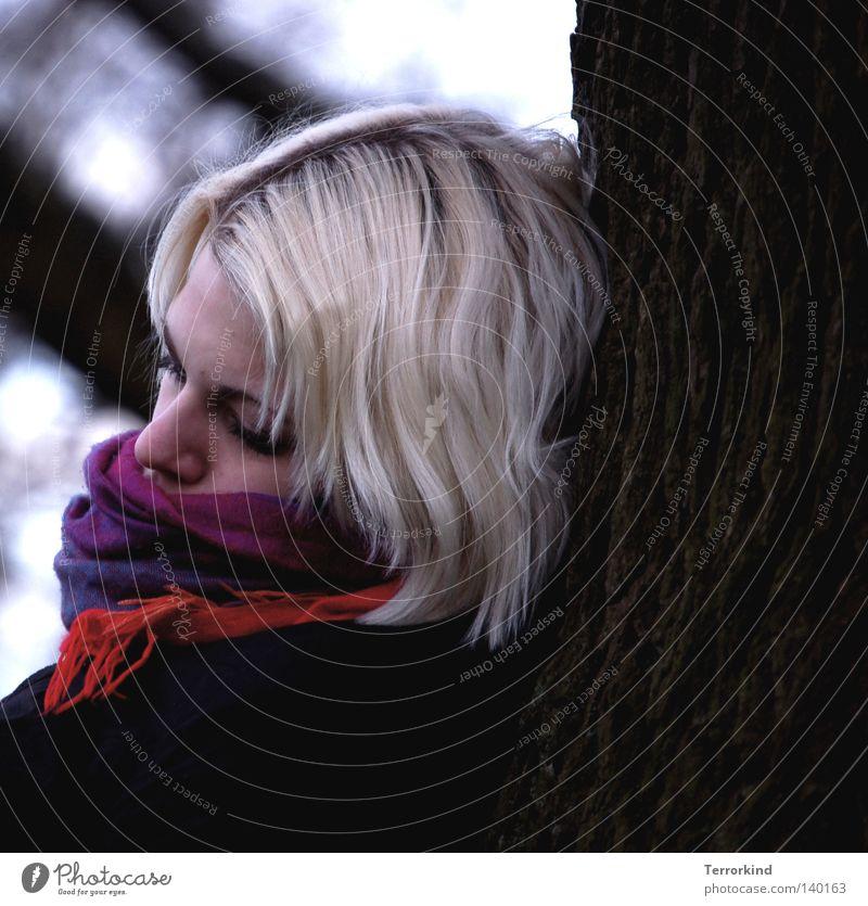 Contigo.al.fin.del.mundo. Frau Himmel Jugendliche blau schön weiß Baum rot Winter schwarz Gesicht kalt Auge Traurigkeit Denken braun