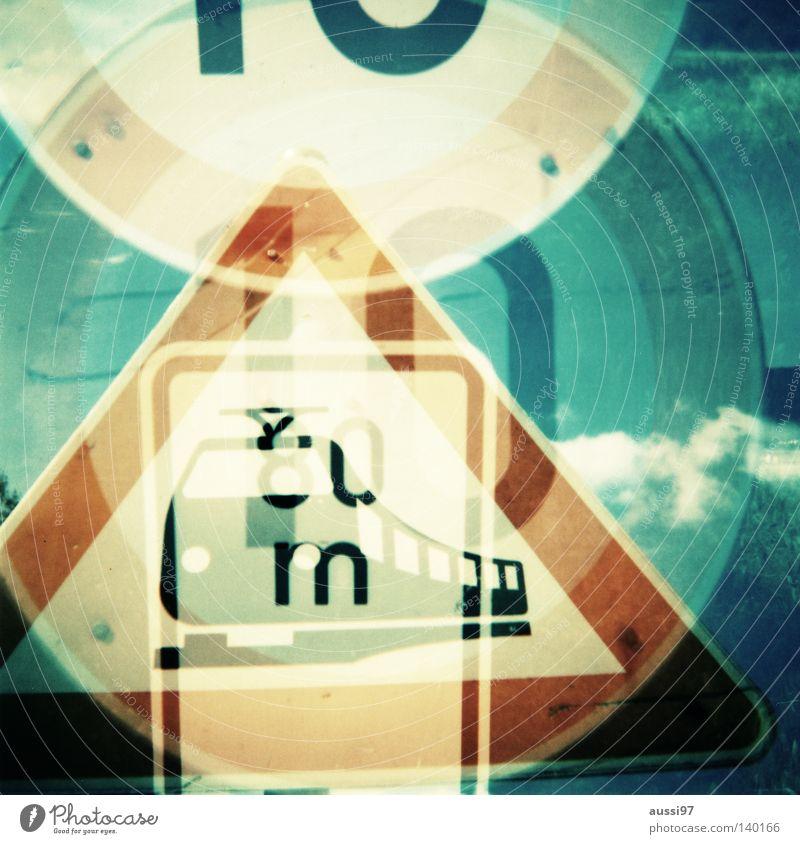 Triple Schilder & Markierungen Bahnübergang analog Mittelformat Straßennamenschild Lomografie Dreifachbelichtung Gefahrenstelle Übergang 6x6 Ferrania