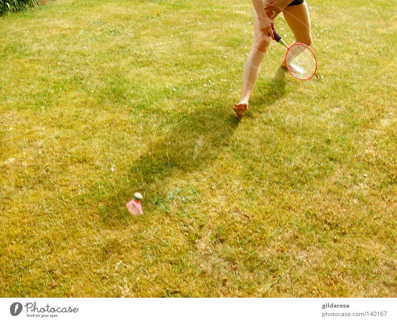 Im Grünen wohnen Frau Jugendliche grün Sommer Freude Leben Sport Spielen Beine Dynamik Momentaufnahme Bildausschnitt Anschnitt Ballsport Frauenbein