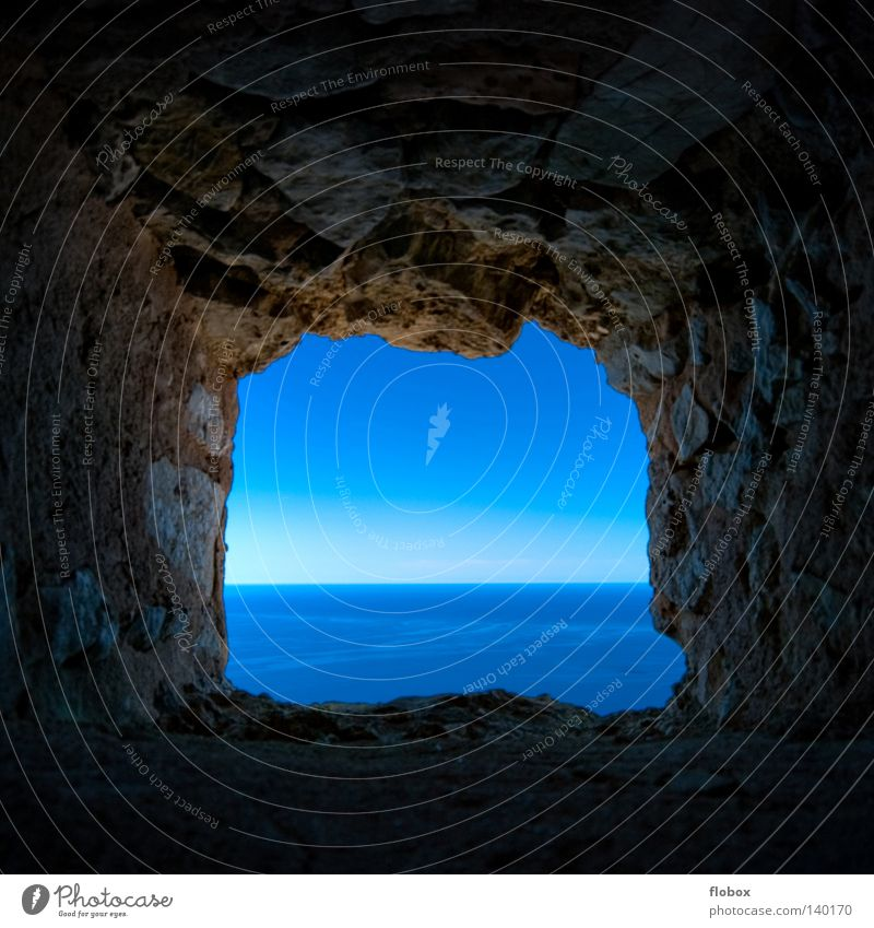 Licht am Ende des Tunnels... Wasser Himmel Meer blau Einsamkeit Ferne dunkel Fenster Freiheit See Wellen Küste Angst warten frei Horizont