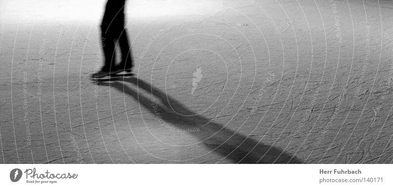 kalte fusion Eis Schlittschuhe Strukturen & Formen Oberfläche Schwarzweißfoto Schatten Gegenteil Kontrast Felsspalten Furche Kratzer Licht Winter
