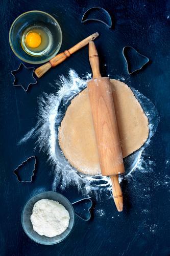 Vorbereitung von Weihnachtsplätzchen Feste & Feiern Tisch Herz Kochen & Garen & Backen Stern (Symbol) Küche Ei machen geschnitten Mehl Saison Weihnachtsgebäck