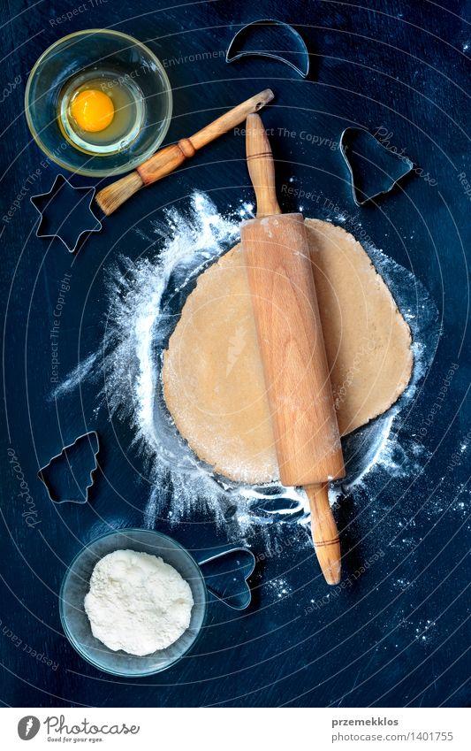 Vorbereitung von Weihnachtsplätzchen Tisch Küche machen geschnitten Teppichmesser Ei Mehl Lebkuchen gebastelt Nudelholz Farbfoto Menschenleer Tag