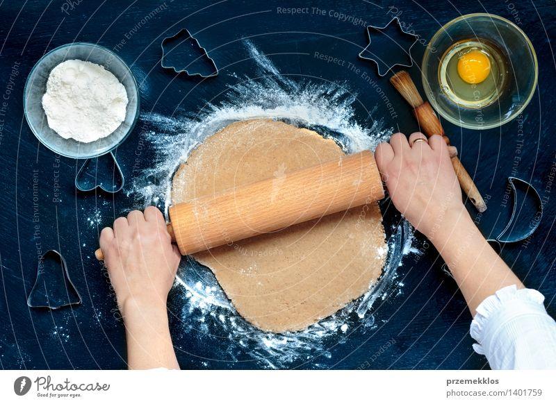Mensch Frau Weihnachten & Advent Hand Mädchen Erwachsene Feste & Feiern Tisch Kochen & Garen & Backen Küche Ei machen geschnitten Mehl Saison Weihnachtsgebäck