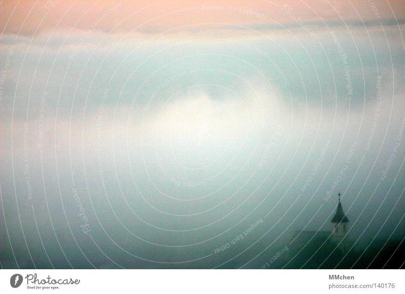 RuheTag untergehen Kirchturm Kirchturmspitze Turmspitze Licht Schall Kirchenglocke Glocke Nebel unklar verborgen Tal Dorf Baum Sträucher Unlust Nebelbank Dunst