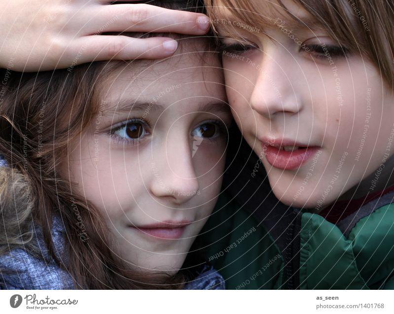Bruder und Schwester Mädchen Junge Geschwister Familie & Verwandtschaft Kindheit Leben Kopf Hand 2 Mensch 8-13 Jahre berühren Lächeln authentisch Zusammensein