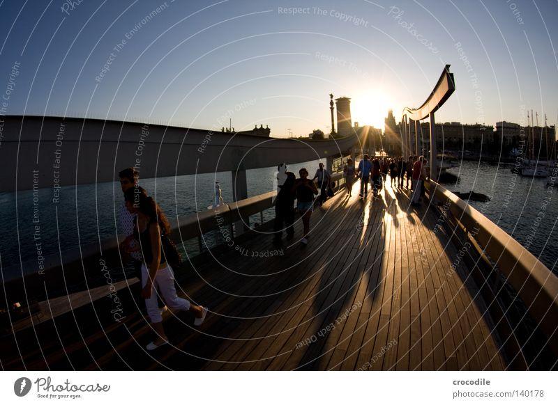 Barcelona I Brücke Meschen Hafen Spanien Säule Schatten Sonne Gegenlicht gehen Leben Holz Holzbrett Wasser Meer Haus Hochhaus Frau Mann Himmel Sommer