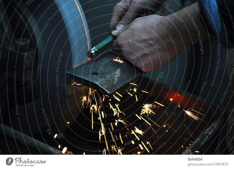 Schleifstein Arbeitsplatz Werkstatt Schlosserei Handwerk Werkzeug Maschine Schleifmaschine Korund Funken maskulin 1 Mensch Arbeit & Erwerbstätigkeit fest grau