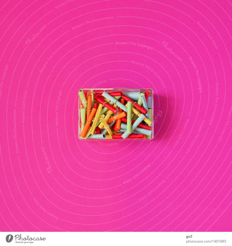 Los gehts! Glücksspiel Lotterie Papier Lotterielose Dose mehrfarbig rosa Erfolg Zufall verlieren Farbfoto Innenaufnahme Studioaufnahme Menschenleer Tag