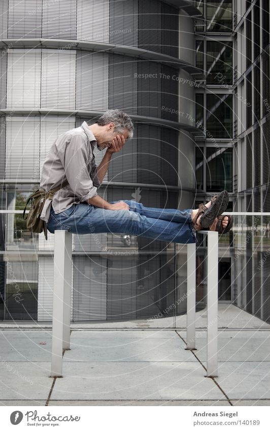 BLN 08 | Noch mal der sympathische User Mensch Mann Gebäude sitzen Jeanshose Hemd Verzweiflung Tasche Sandale Handtasche Buchstaben Computer-Nutzer
