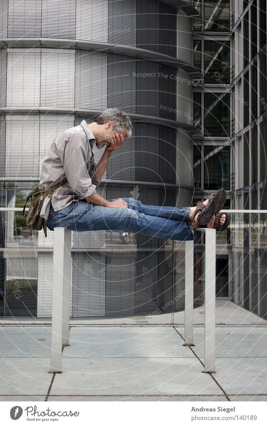 BLN 08 | Noch mal der sympathische User z Computer-Nutzer Verzweiflung Hemd Jeanshose Sandale Handtasche Gebäude Fahrradständer Mensch Mann Zettberlin
