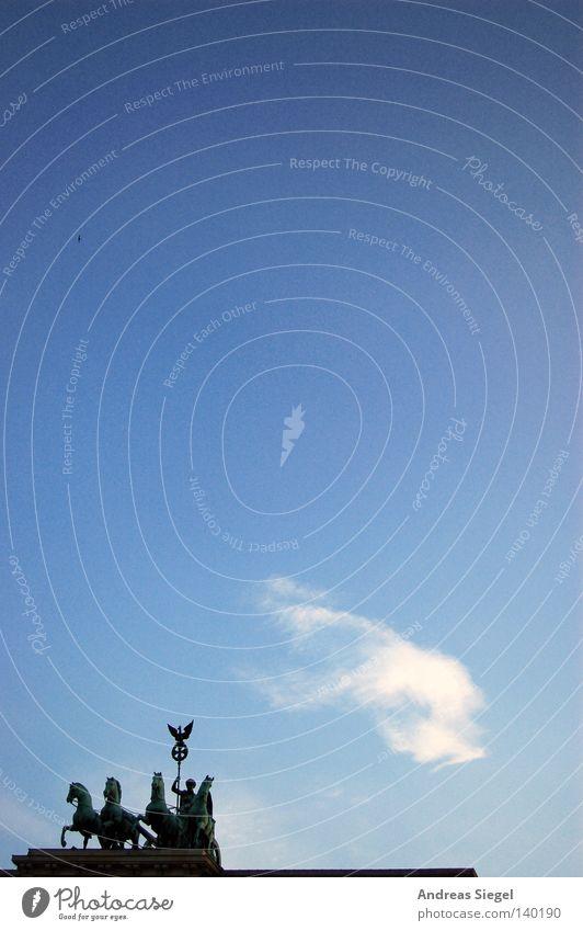 BLN 08 | Touri-Foto mal ein bisschen anders Himmel weiß blau Wolken Berlin Pferd Denkmal Wahrzeichen Pferdekutsche Brandenburger Tor Pariser Platz