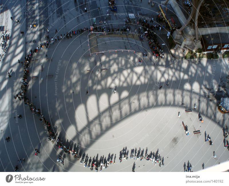 Mensch Stadt Ferien & Urlaub & Reisen warten stehen Reisefotografie Turm lang Paris Denkmal Menschenmenge Frankreich Schatten historisch Wahrzeichen