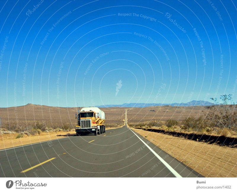 on the road again Einsamkeit Ferne Straße Wege & Pfade Verkehr Wüste Lastwagen Menschenleer