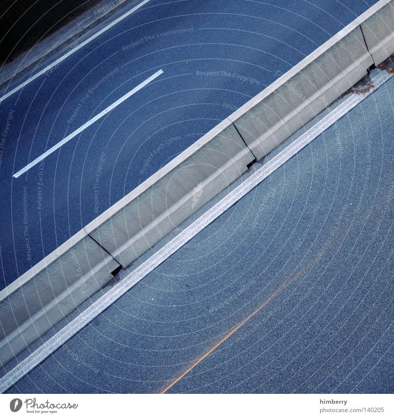 splitscreen KFZ Autobahn Fahrbahn Barriere fahren Verkehr Sicherheit Perspektive Straße Asphalt Belichtung Geschwindigkeit Straßenverkehr Rennsport