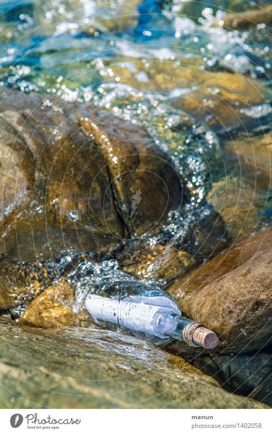 Spülwasser Natur Wasser Felsen Küste Bucht Meer Flaschenpost Post Brief Zettel Verpackung Glas Zeichen Kommunizieren Information Farbfoto Außenaufnahme