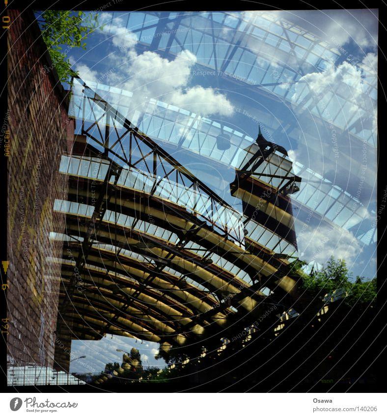 Ost / -kreuz / -bahnhof Himmel Wolken Berlin Wand Mauer Dach Turm Stahl Bahnhof Halle Konstruktion Doppelbelichtung Bogen Mittelformat Friedrichshain Wasserturm