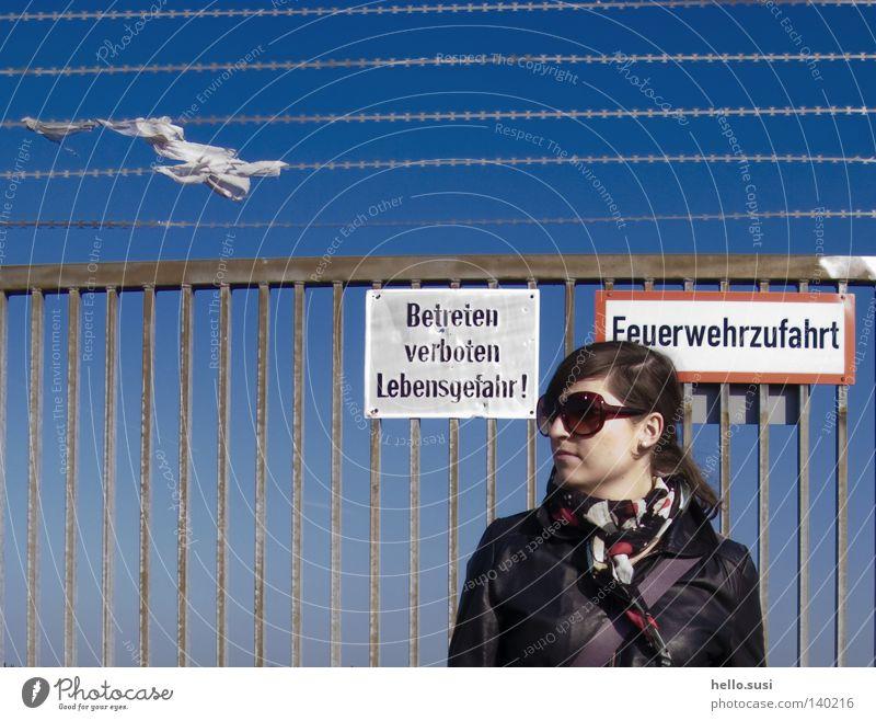 danger zone Frau Himmel blau Schilder & Markierungen gefährlich Brille bedrohlich Stoff Tor Grenze Zaun Barriere Sonnenbrille Warnhinweis verführerisch