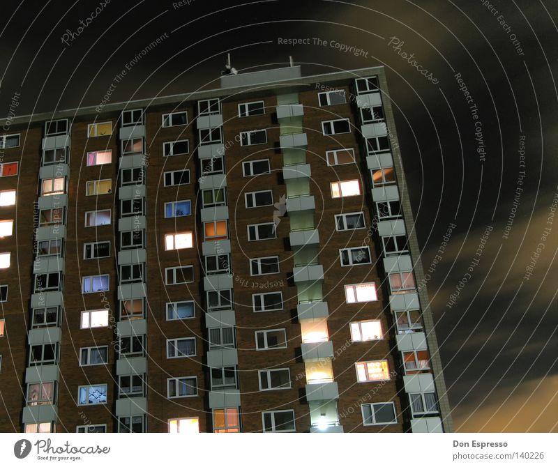 Noch wach? Hochhaus Ghetto Wohnsiedlung Balkon grau Einsamkeit trist Ödland dunkel Nacht Abend Plattenbau Stadtteil Kiez Arbeitslosigkeit Sozialgesetz Licht