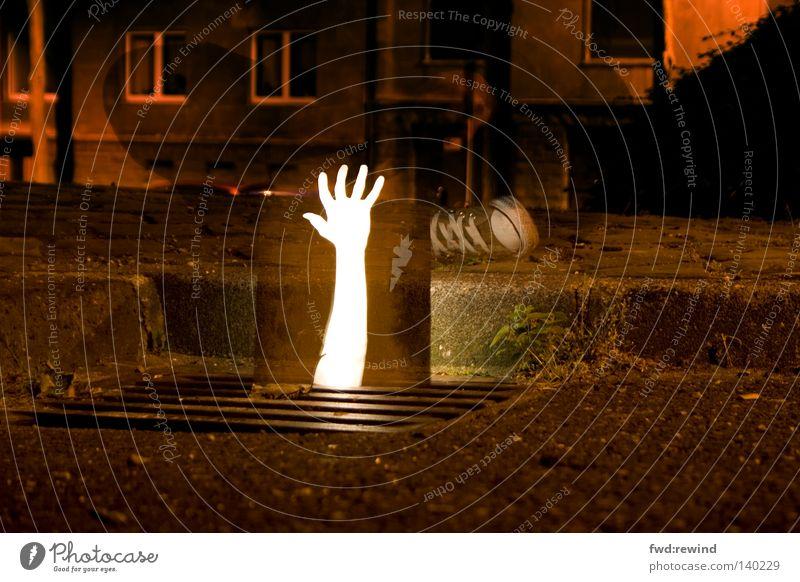Aus dem Untergrund Licht Nacht dunkel Schablone Aachen greifen Hoffnung Angriff kämpfen Ausdauer Kraft Abwasserkanal Gully Bordsteinkante Chucks Mensch Arme
