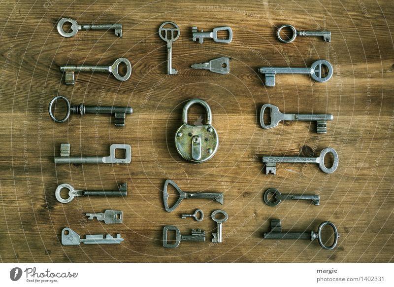 Welcher passt? Viele unterschiedliche Schlüssel sind um ein Tür - Schloss geordnet Schlosser Technik & Technologie Vorhängeschloss Sammlung Holz Metall braun
