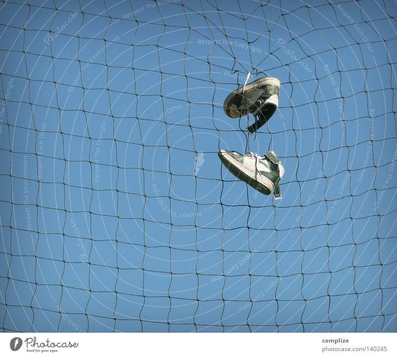 Turnbeutelvergesser Turnschuh Ärger Psychoterror Sport Schulunterricht Schulsport Schuhe Spielen hochwerfen binden Sportplatz Wut Ballsport Netz Netzwerk