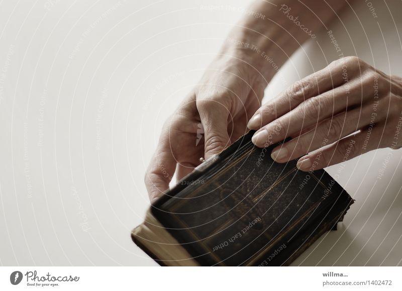 Hände mit kleiner alter Bibel Hand Religion & Glaube Buch Finger lesen Hoffnung Gott heilig Christentum trösten