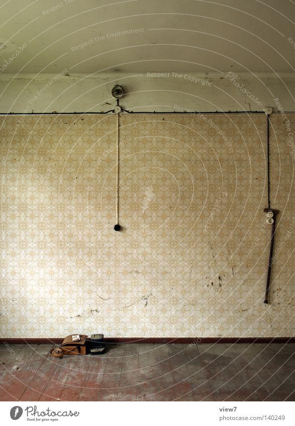 Paul ist tot. Tod Holz Freiheit Stil Zeit Raum Wohnung dreckig frei Design leer planen Trauer Dinge verfallen Idee